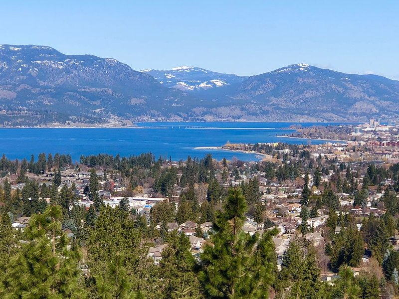 Unobstructed View Of the Lake/City/Mountains -2 Bedroom&Den - Sleeps 5, alquiler de vacaciones en Kelowna