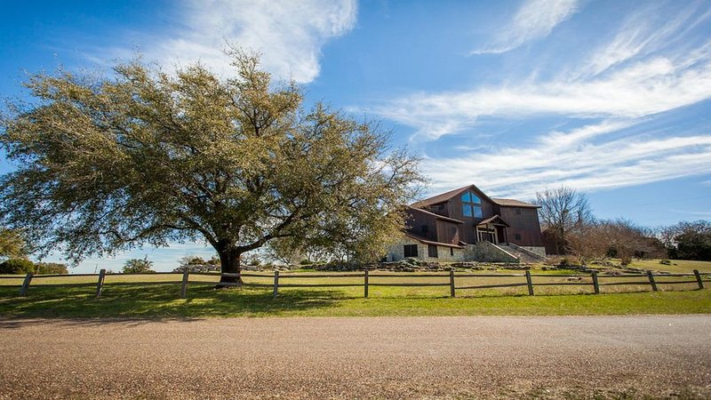 Incredible Tri-Level Home With Lake Whitney View, casa vacanza a Clifton