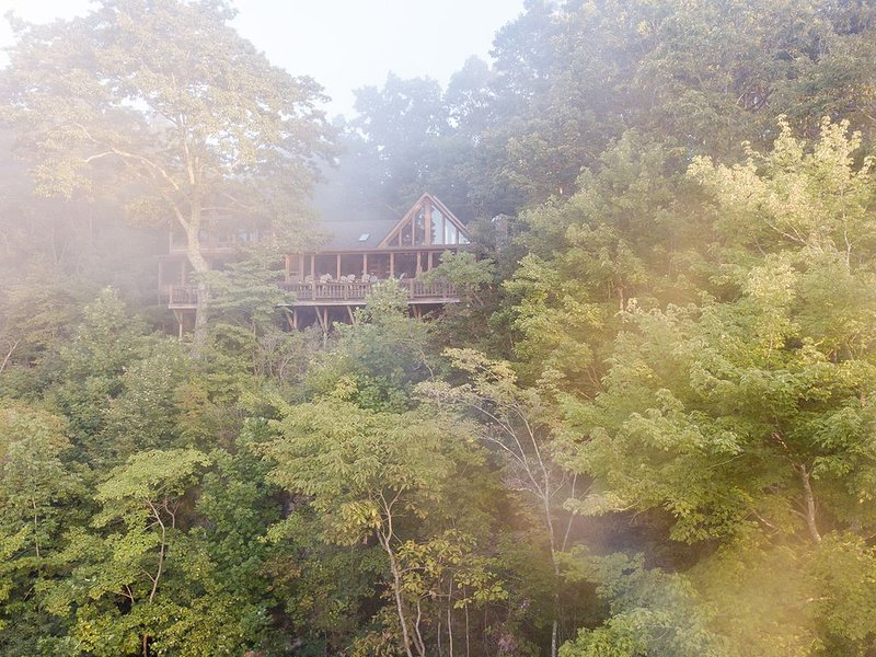 Fabulous retreat with gorgeous views! Minutes to Sewanee, Monteagle! Sleeps 12!, location de vacances à Altamont