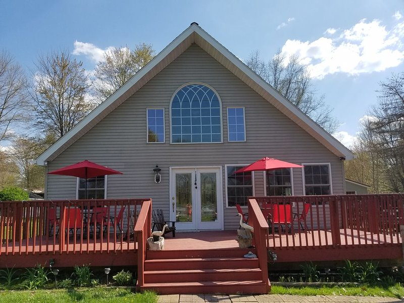 Pet friendly and charming chalet just 1/2 mile walk to Lake Pymatuning, holiday rental in Clarks Mills
