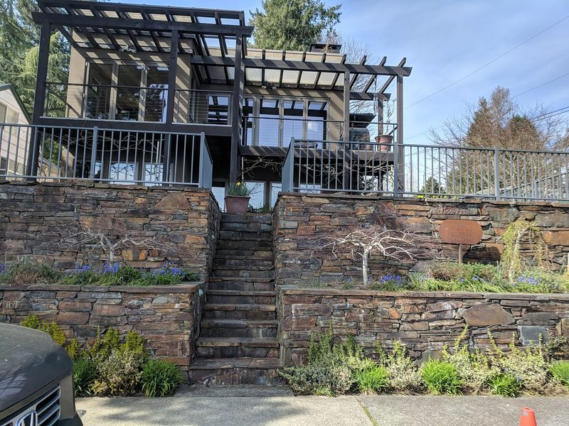 Astounding Views of Gig Harbor, Roof Deck with Spa,, holiday rental in Olalla
