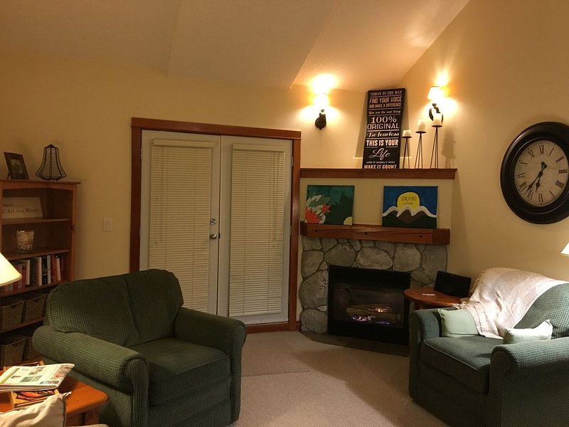 2 bed/2 bath-Ski In/Out and very close walk to Village, holiday rental in Sun Peaks