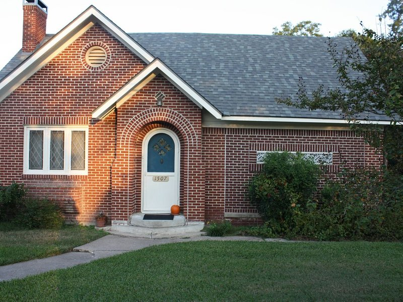 Right in the middle of town, charming 1930's brick home., holiday rental in Huntsville