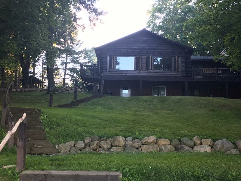Bring the Family to our Wonderful Log Cabin on Connors Lake!, alquiler de vacaciones en Winter