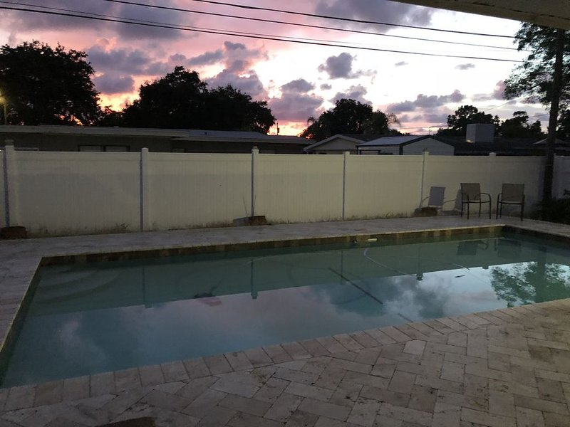 3 bedroom, 3 bath ranch style home with large pool - close to beautiful beaches – semesterbostad i Largo
