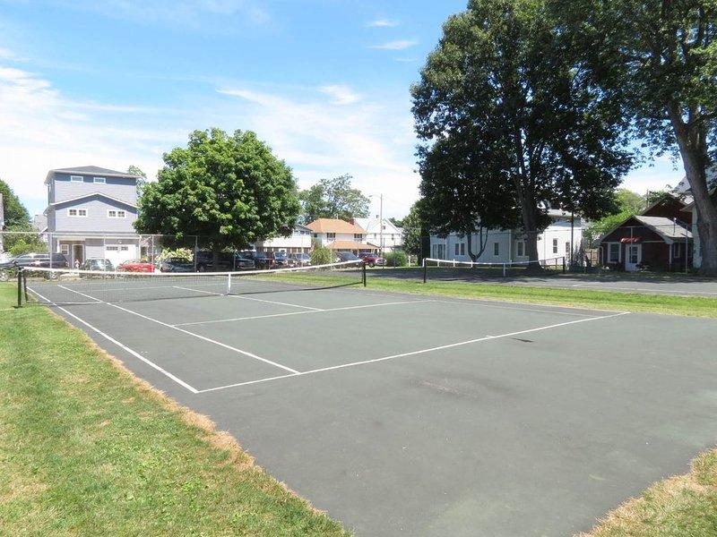 Courts de tennis communautaires. Apportez vos raquettes!