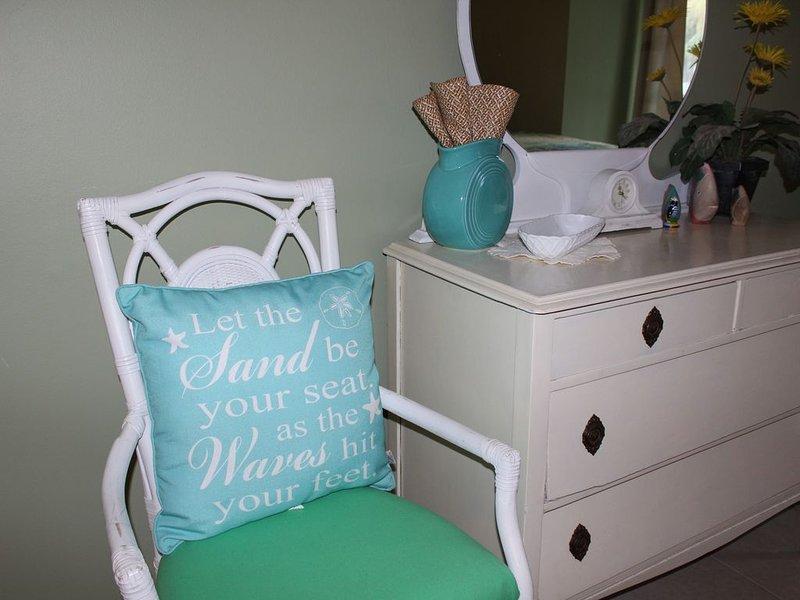 2 Bedroom Condo 2 Blocks from Beach, aluguéis de temporada em Ilha Amélia