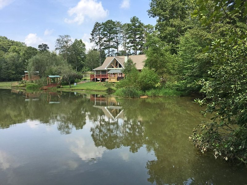 Country cottage on a stocked pond at Blanche Manor Horse Ranch (sleeps 6-12), vacation rental in Ducktown