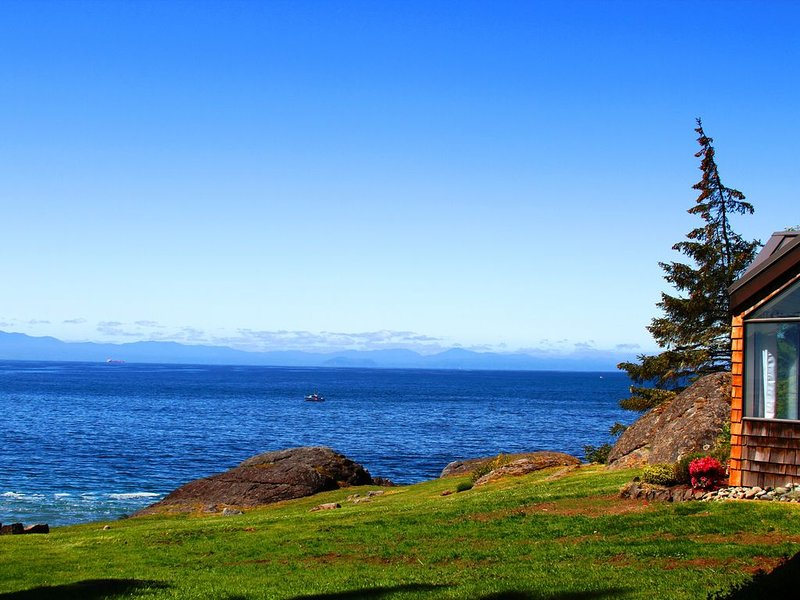 Luxury Cottage on Stunning Oceanfront Acreage with over 1000 feet of Coastline, vacation rental in Sooke