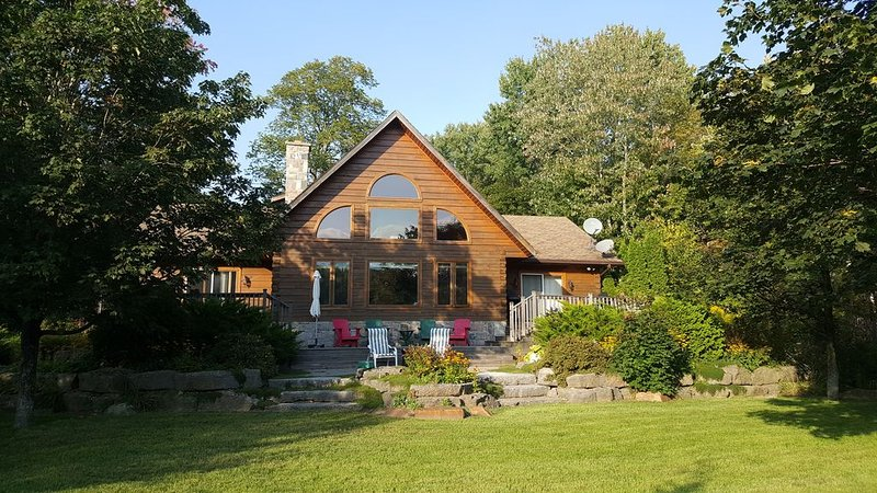 Log Home on Shadow Lake, Coboconk - perfect family spot, lawn, beach, and deck, holiday rental in Kawartha Lakes