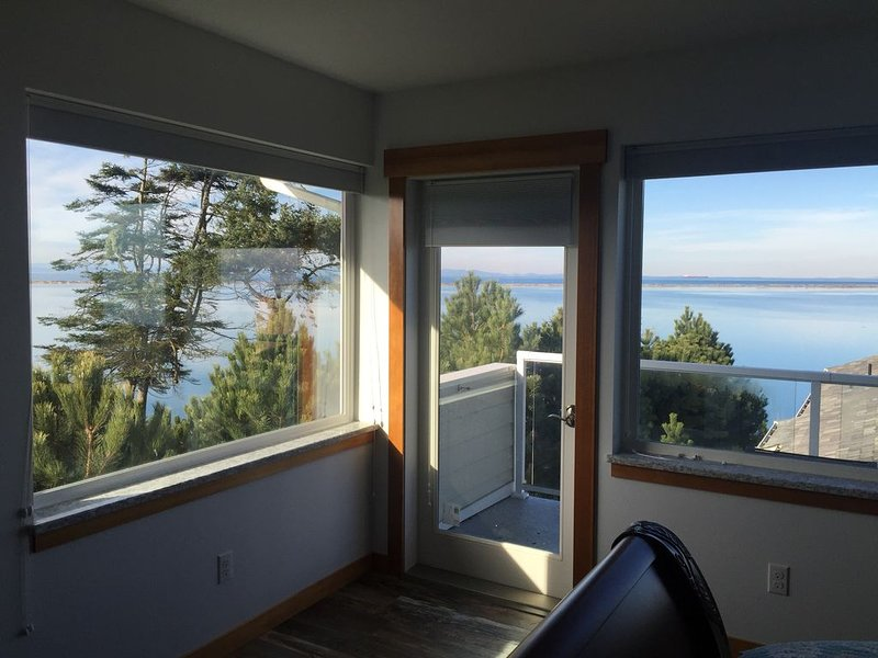 Beachfront Sunset Room 2 * Banana Belt Dreams, vacation rental in Sequim