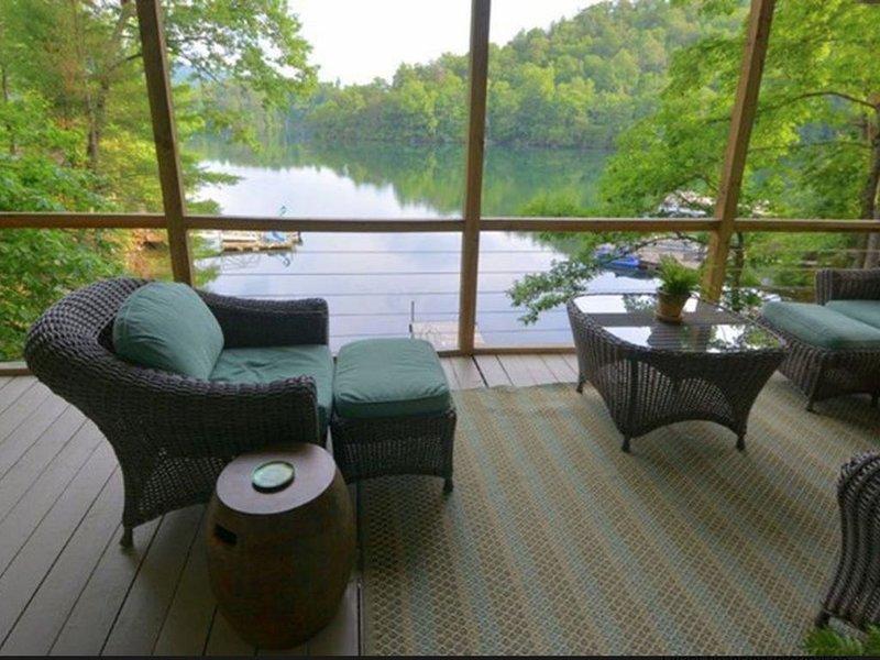 Serene Lakeside cottage with Views, Kayaks, canoe and Paddleboard, location de vacances à Fontana Dam