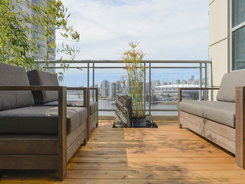 Centrally located 4-bedroom penthouse with stunning views and 3 patios., vakantiewoning in Vancouver