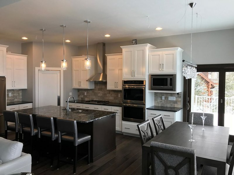 SUNSETS ON THE BLUFF! NEW CONSTRUCTION! WATERVIEW!, holiday rental in Egg Harbor
