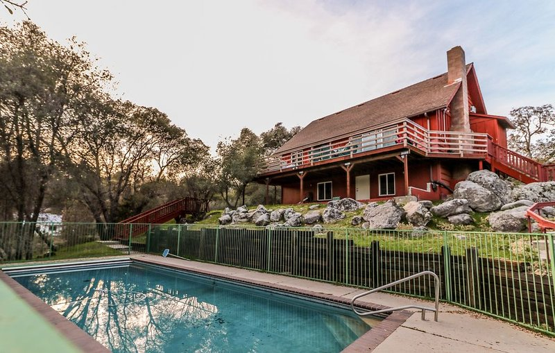 Three-Bedroom Home with Large Pool, holiday rental in Oakhurst