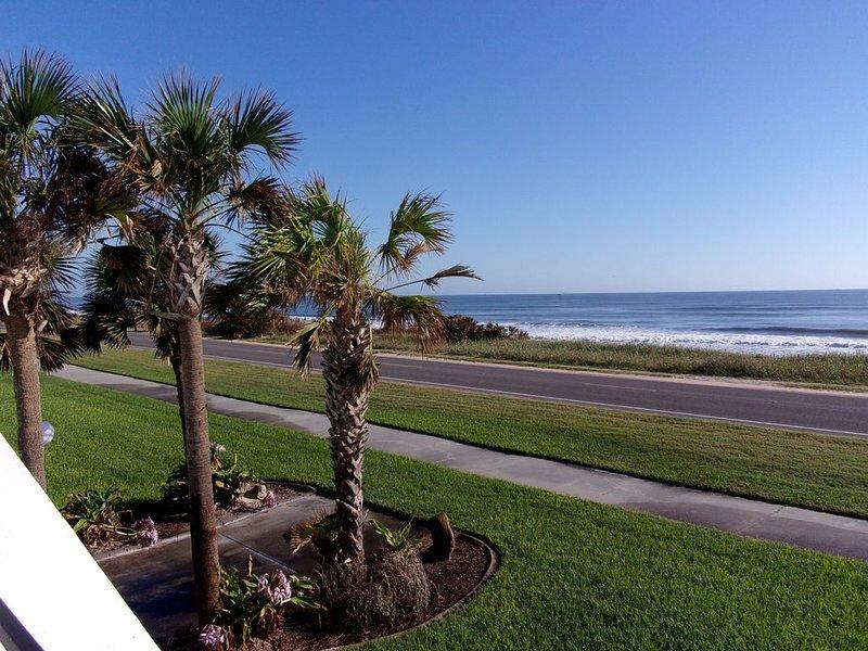 La playa está a pocos pasos de la casa.