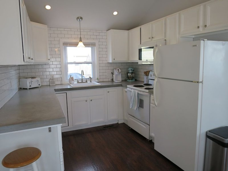 Cottage .5 mile to beach! Hot tub, pool, parking, AC!, vacation rental in Rye Beach