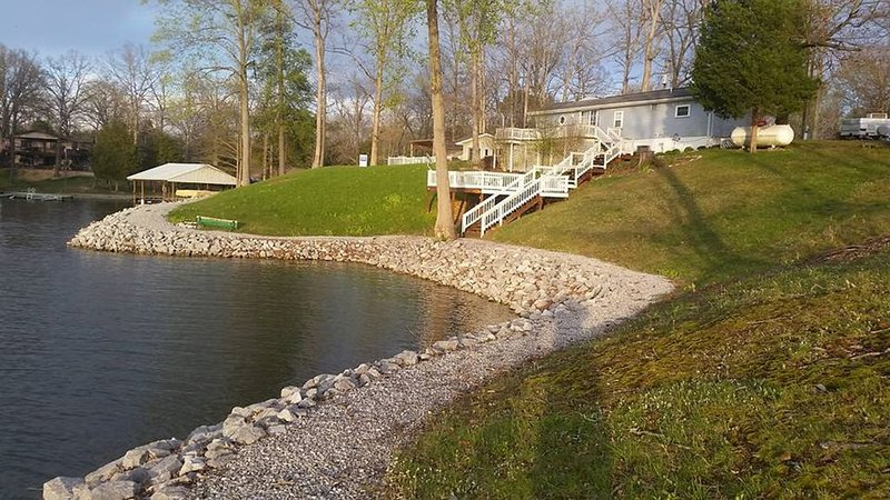 Lake of Egypt lake front with large two level deck, location de vacances à Vienna