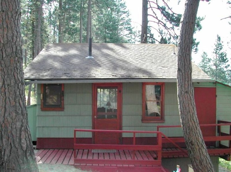 **Turner Bay Chalet** a Charming Rustic Cabin on the Lake!, holiday rental in Worley
