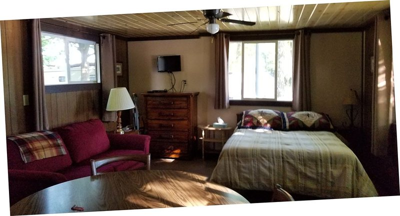 #4 Affordable Studio Cabin right on the water!, vacation rental in Sarona