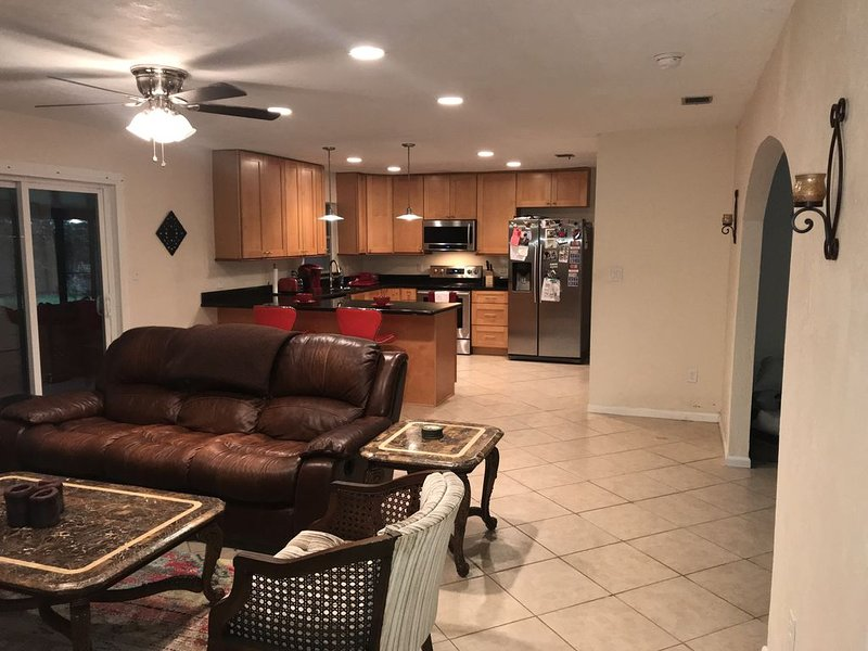 Updated, roomy 3/2 house near UF, Shands, NFRMC, VA, I-75, and natural springs, holiday rental in Gainesville
