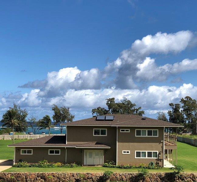 New N Shore Estate, Ocean & Mountain Views, AC , beach right across the road!, alquiler de vacaciones en Kahuku