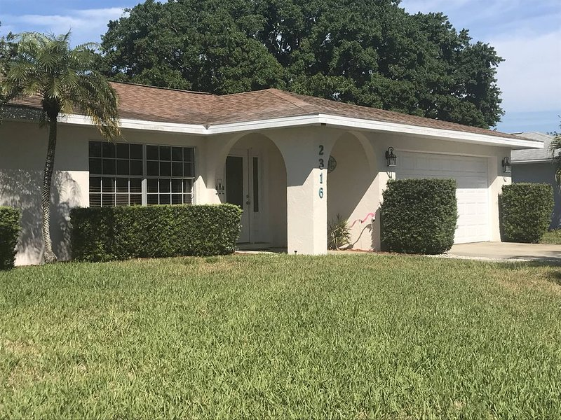 Beautiful Newly Decorated 3 bedroom Home with Heated Pool!!, holiday rental in Bradenton
