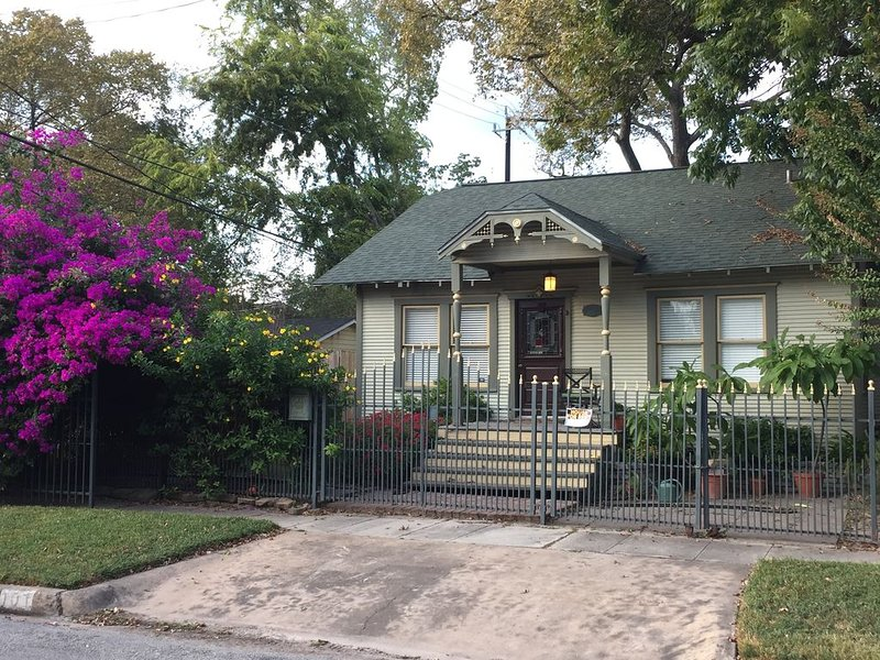 Heights bungalow. Great location, close to everything., vacation rental in Houston