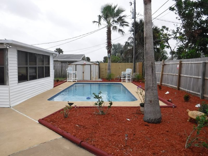 Beautiful tropical themed pool home walking distance to Beach and shopping store, vacation rental in Daytona Beach