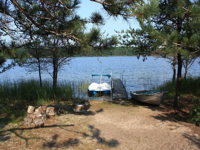 Secluded Lakefront Cottage On 14 Acres With Gorgeous Sunset Views!, alquiler vacacional en Lewiston