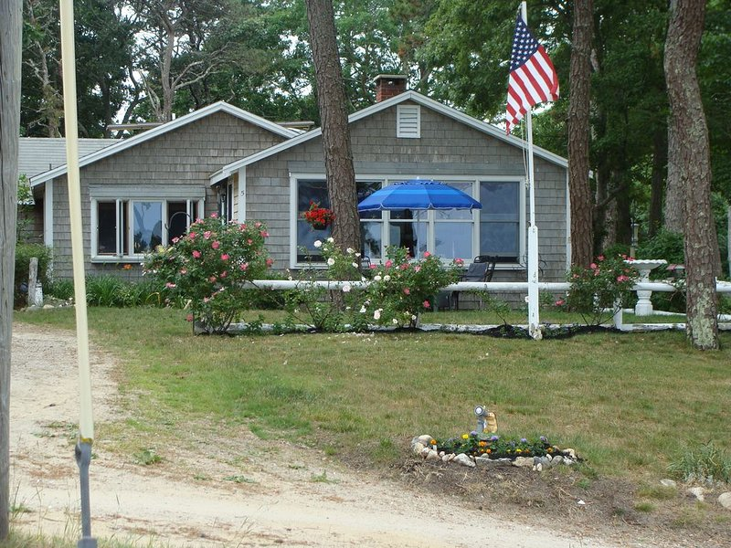 Secluded Waterfront Cottage, vacation rental in West Dennis