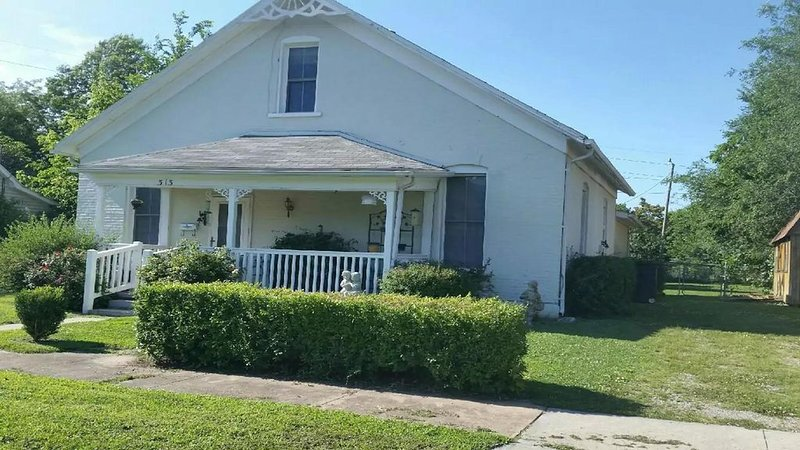 Sleeps 9.  Spacious home w/large fenced back yard.  Fully-equip kitchen/laundry., alquiler vacacional en Windsor