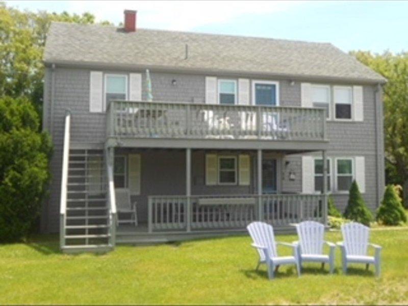 Classic Cape cottage with unbeatable ocean views, steps from the beach!, location de vacances à Hyannis