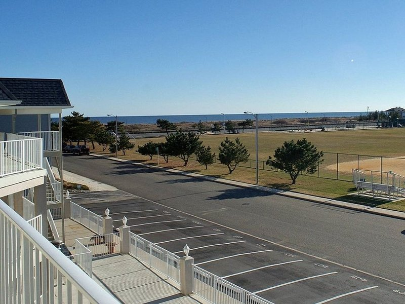 Avalon Beach Block Condo, vacation rental in Avalon