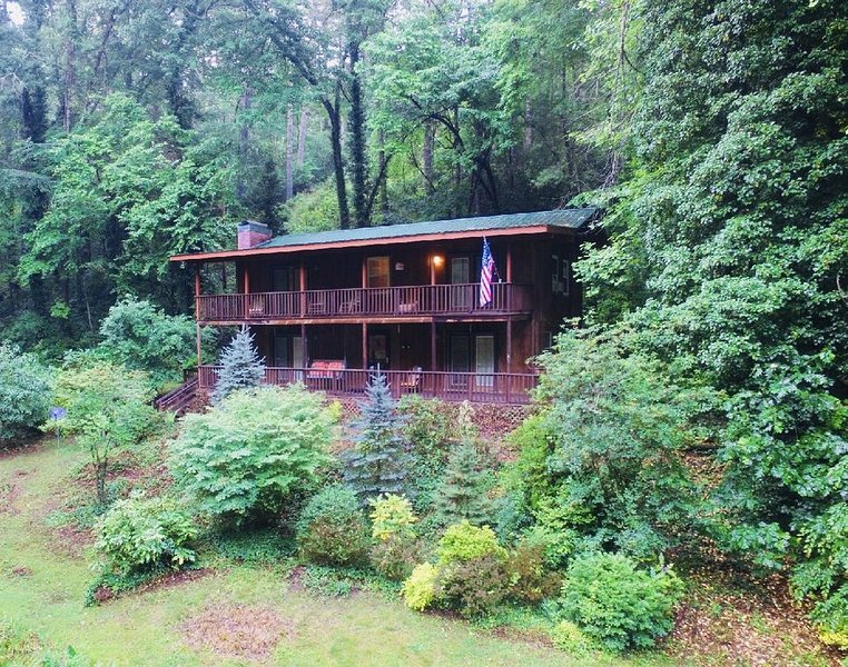 Beautiful Large 4 Bedroom Mountain Home w/Pond, Creek, WIFI, Sleeps 8, Private, holiday rental in Robbinsville