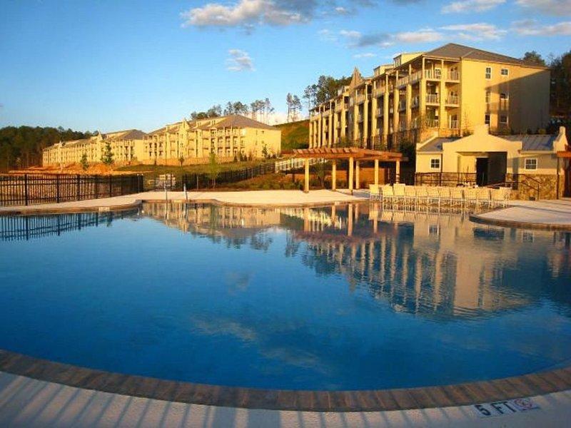 Top Floor Luxury Penthouse Condominium with Big Water View!, location de vacances à Tallassee