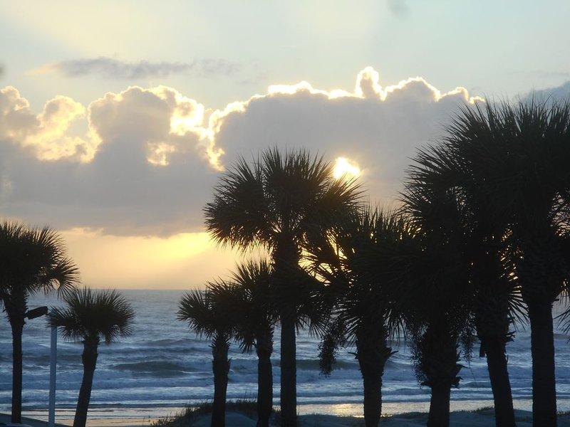 Beach Fun, Adorable Ocean View Condo  with Private Balcony, vacation rental in Daytona Beach