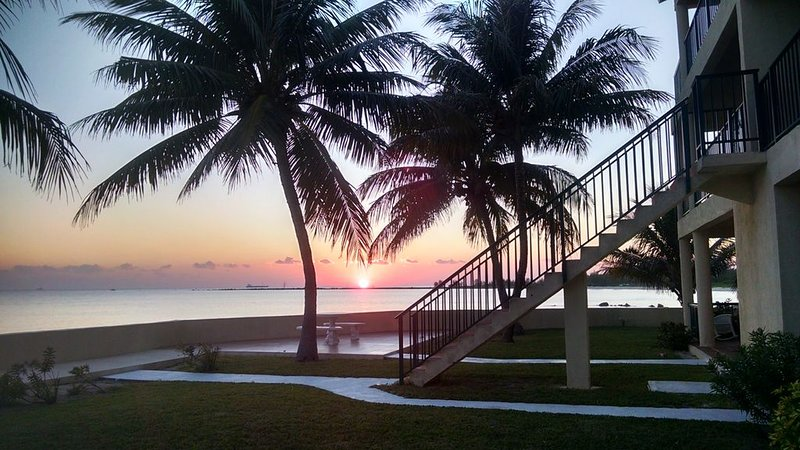 Tropical Escape with Spectacular Ocean Views and Sunsets, Ferienwohnung in Freeport