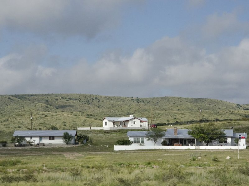 Marfa Haus - 'Peachtree House' - Working Ranch Retreat - 3 Bdrm 2 Bth Sleeps 8, vacation rental in Marfa