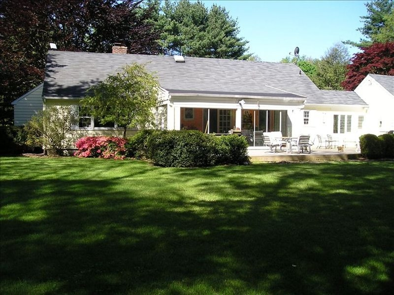 Westport: Walk to Town (Really) Private Yard, One Floor, Fall 2020 Reno KHS BMS, vacation rental in Stamford