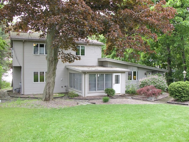 Family Friendly 5 Bedroom Lakefront Home Directly on Owasco Lake, holiday rental in Ridgemont
