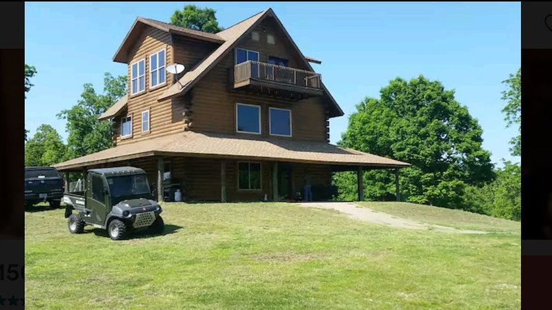 UNIQUE 3 STORY MOUNTAINTOP LOG HOME, 120 ACRES DOG FRIENDLY, vacation rental in Yellville