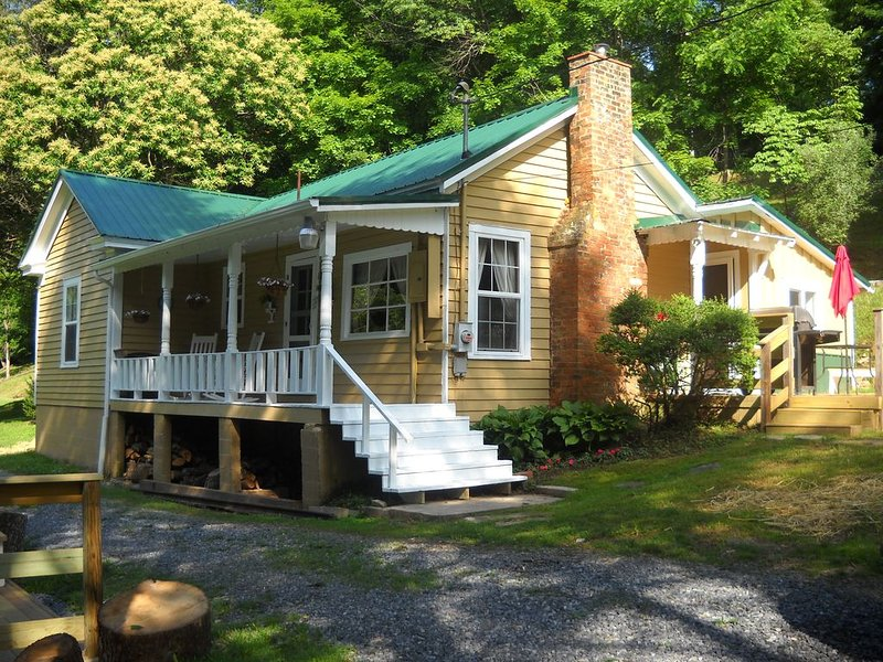 River Retreat with over 700 feet near Marion and Hungry Mother State Park, holiday rental in Glade Spring