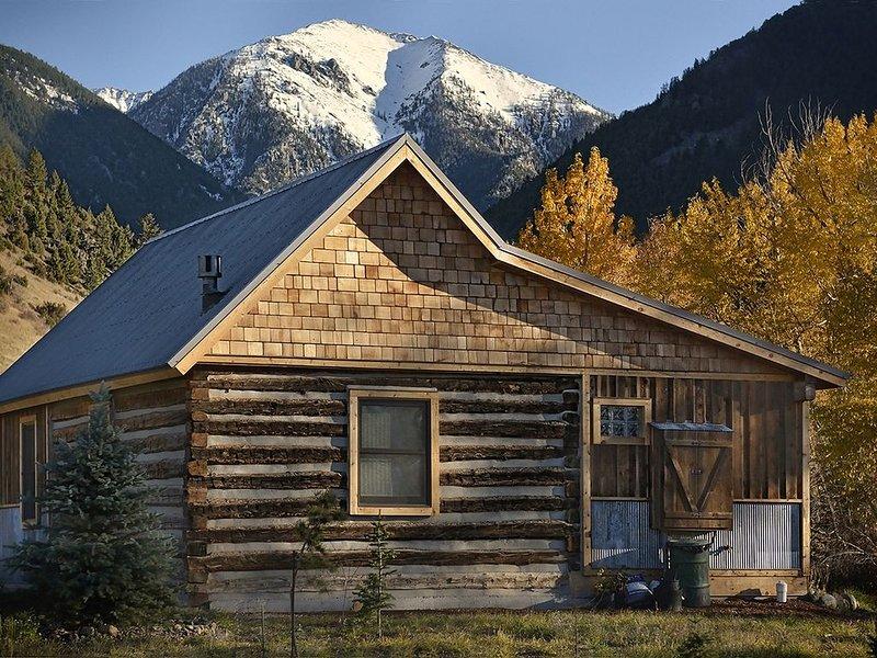 Cozy, Rustic Cabins near Chico Hot Springs & only 35 mins to YELLOWSTONE PARK!!, alquiler de vacaciones en Emigrant