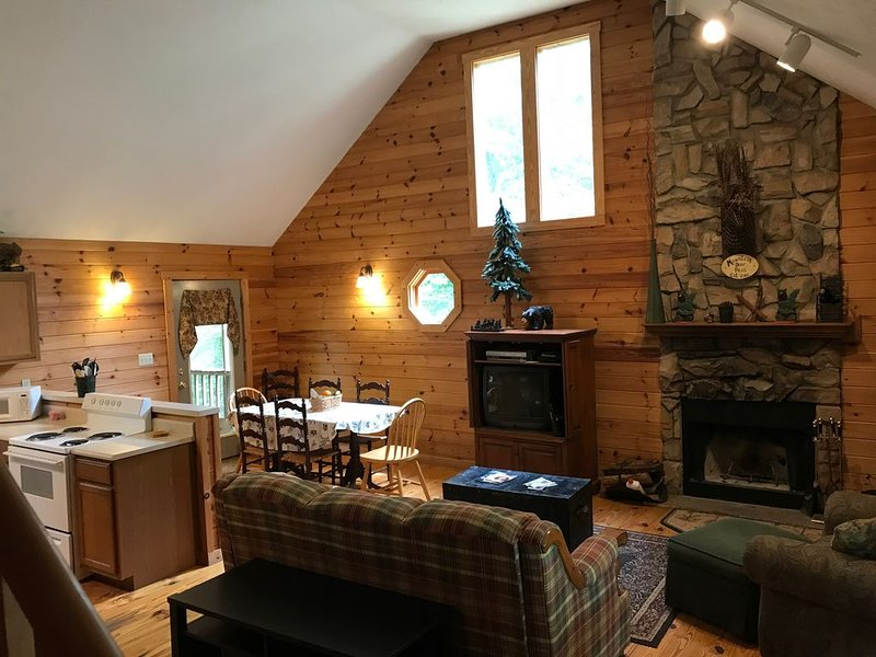 Mountain Deer Pass- A rustic mountain retreat on the Peacful Side of the Smokies, vacation rental in Townsend