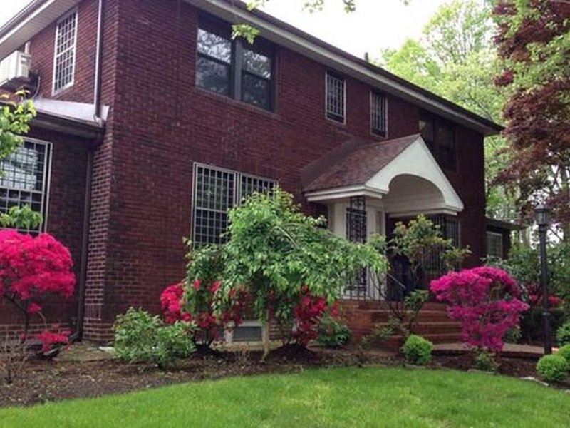 Home on Kissena Park with Private Driveway, holiday rental in Cambria Heights