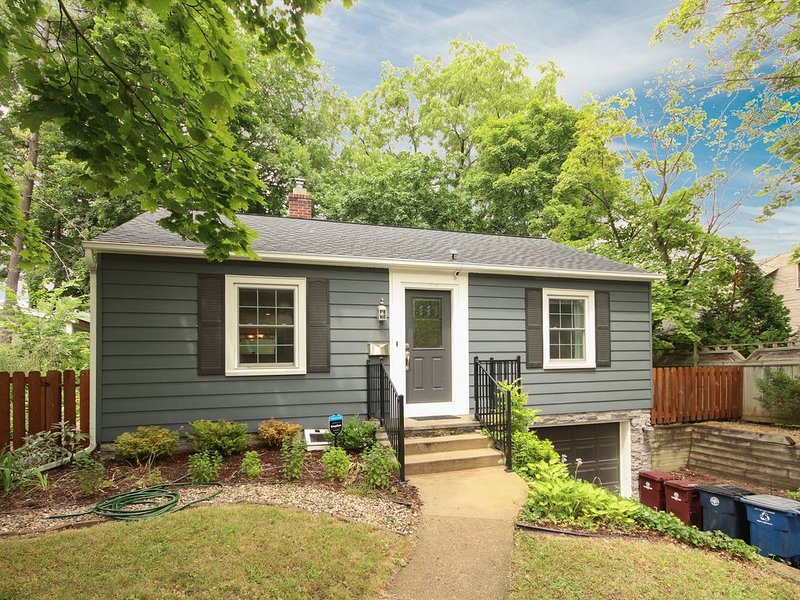 Ann Arbor home ideal for football weekends and near downtown, alquiler de vacaciones en Brighton