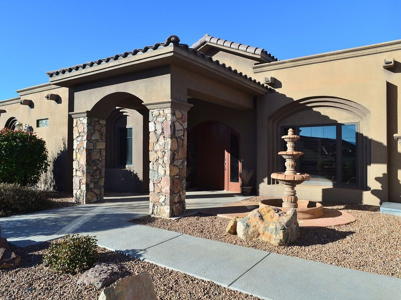 Custom Cruces Tuscan Home - Minutes to Shopping, Golf Course, Mountains and More, casa vacanza a Las Cruces