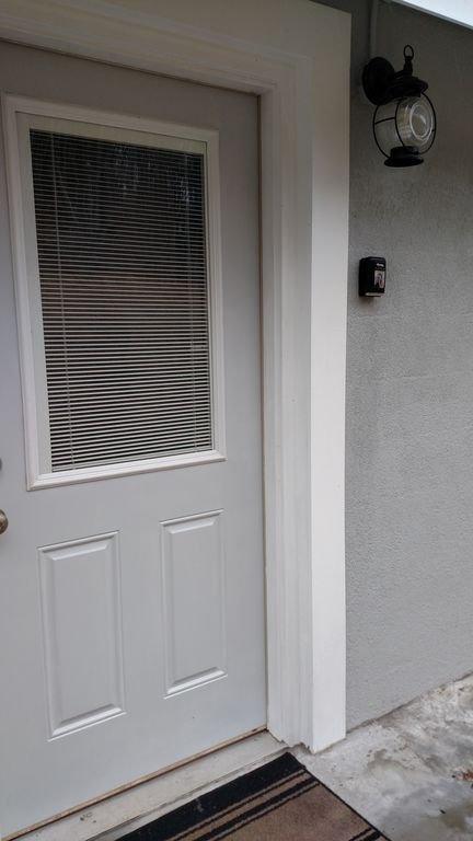 Puerta trasera con caja de seguridad.