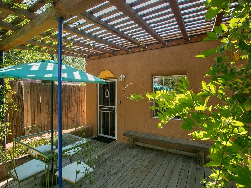 Beautiful southwest casita in walking distance to historic Nob Hill on Route 66., holiday rental in Albuquerque